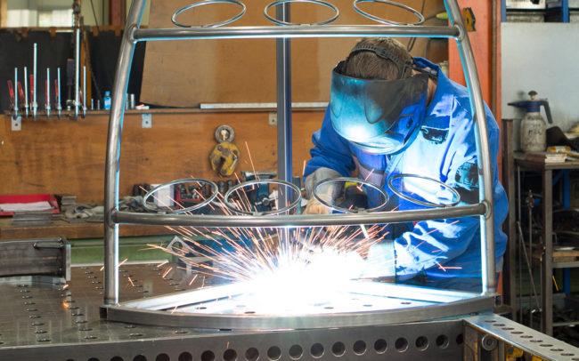 Schweißarbeiten an Metallgestänge bei Matallbauer Regensburg