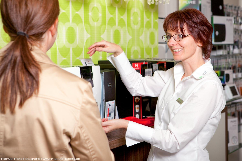 Verkaufsgespräch in Elektrogeschäft | Businessportrait für Webseite | Fotograf Cham, Manuel Plötz.