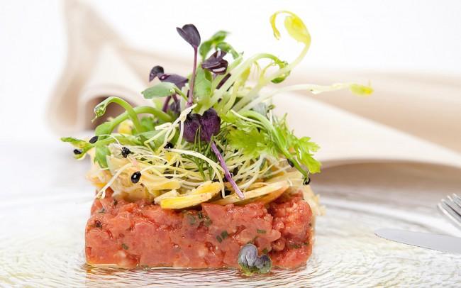 Kalbs-Tatar mit Salatdekoration bei Shooting in Restaurant von Foodfotograf München
