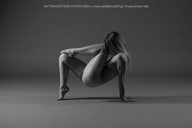 Akrobatischer Akt im Studio, Fotograf München